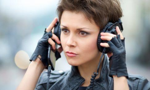 ヘッドフォンを付ける女性