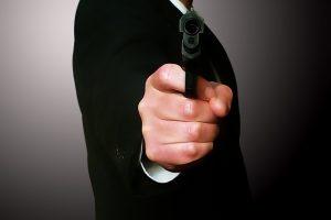 銃を構える男