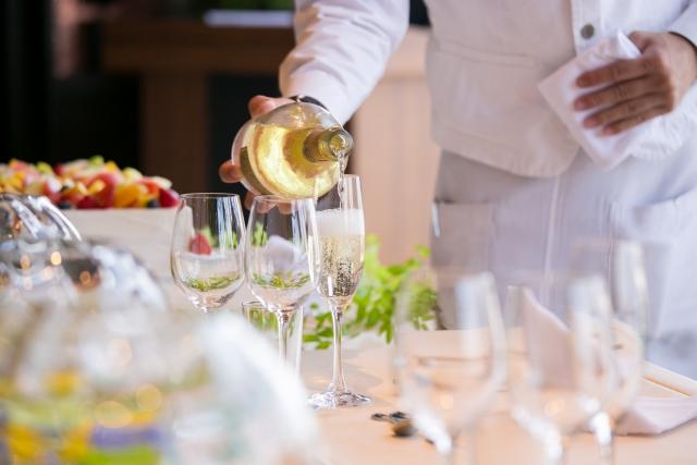 シャンパンを注ぐ手