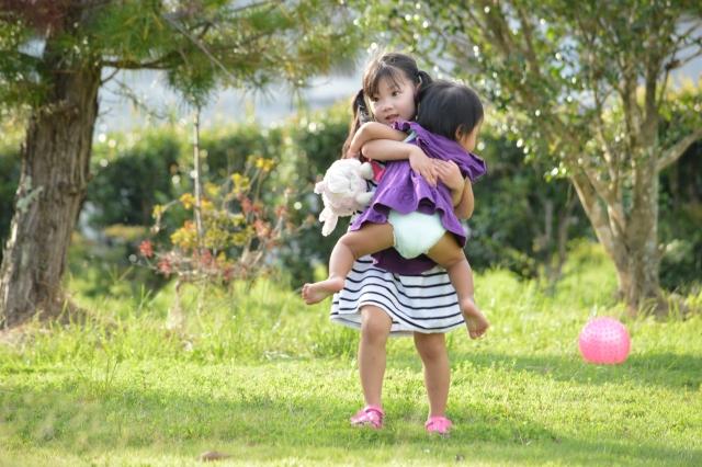 赤ちゃんを抱える女の子