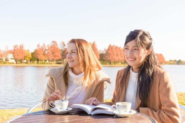 お茶する女性2人
