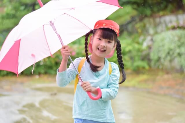 傘をさした女の子